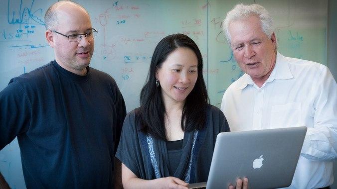 De izquierda a derecha, Jason Neidlman, Nadia Roan y Warner Greene, autores del estudio / Chris Goodfellow, Gladstone Institutes