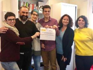El equipo técnico de CESIDA sosteniendo la firma del Pacto Social por la no Discriminacion asociada al VIH (2018).